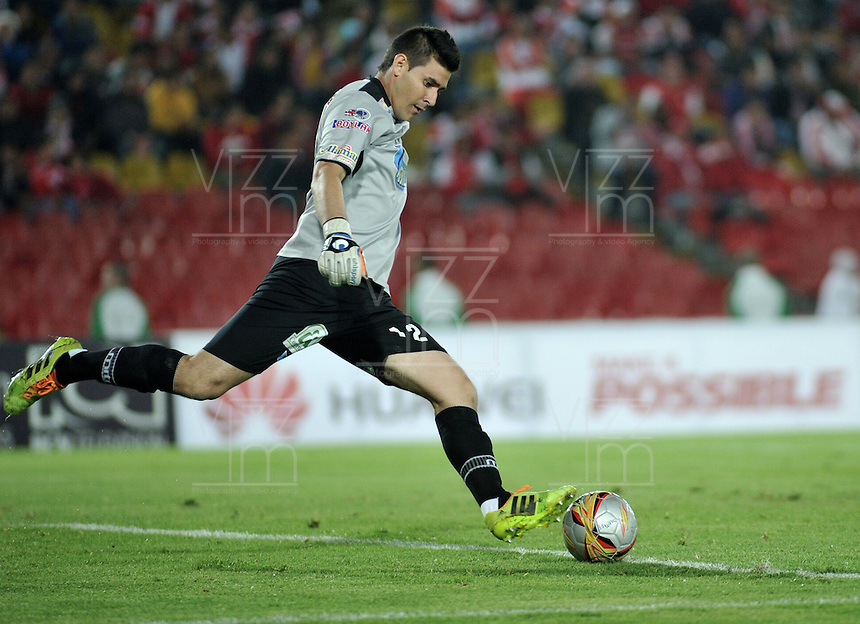 BOGOTA - COLOMBIA - 31-03-2015: Joel Silva, portero de Deportes Tolima, en acción durante partido adelantado por la fecha 14 entre Independiente Santa Fe y Deportes Tolima de la Liga Aguila I-2015, en el estadio Nemesio Camacho El Campin de la ciudad de Bogota. / Joel Silva, goalkeeper of Deportes Tolima, in action during an advance match of the 14 date between Independiente Santa Fe and Deportes Tolima for the Liga Aguila I -2015 at the Nemesio Camacho El Campin Stadium in Bogota city, Photo: VizzorImage / Luis Ramirez / Staff.
