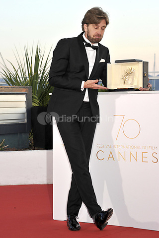 Director Ruben Ostlund with the Palme d'Or for the movie 'The Square' at the award winner photocall during the 70th Cannes Film Festival at the Palais des Festivals on May 28, 2017 in Cannes, France | Verwendung weltweit/picture alliance /MediaPunch ***FOR USA ONLY***