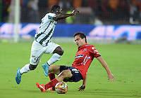 MEDELLIN - COLOMBIA -10-12-2015: Hernan Hechalar (Der.) jugador de Deportivo Independiente Medellin disputa el balón con Yimmi Chara (Izq.) jugador de Atletico Nacional durante partido de ida entre Deportivo Independiente Medellin y Atletico Nacional por las semifinales de la Liga Aguila II 2015, en el estadio Atanasio Girardot de la ciudad de Medellin. / Hernan Hechalar (R) player of Deportivo Independiente Medellin fights for the ball with Yimmi Chara (L) player of Atletico Nacional during a match for the first leg between Deportivo Independiente Medellin and Atletico Nacional for the semifinals of the Liga Aguila II 2015 at the Atanasio Girardot stadium in Medellin city. Photos: VizzorImage  / Leon Monsalve / Cont.