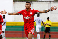 BUGA - COLOMBIA - 05-04-2014: Airon del Valle, jugador del America, celebra el gol anotado al Depor FC, durante partido por la fecha 8 del Torneo Aguila I entre America de Cali y Depor FC, jugado en el estadio Hernando Azcarate de la ciudad de Buga. / Airon del Valle, player of America, celebrates a scored a goal of Depor FC, during a match for the date 8 for the Torneo Aguila I between America de Cali and Depor FC, ??played at the Hernando Azcarate stadium in Buga. Photo: VizzorImage / Juan C. Quintero / Str.