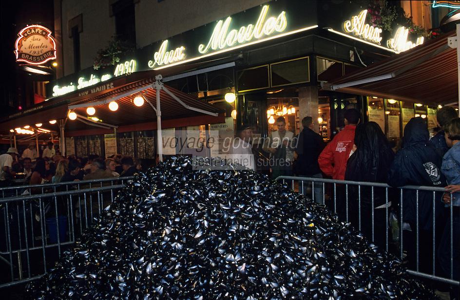 """Europe/France/Nord-Pas-de-Calais/59/Nord/Lille : Tas de moules devant le restaurant """"Aux Moules"""" lors de la grande braderie"""