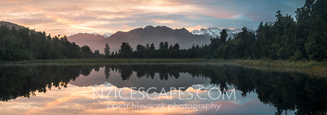 Southern Alps reflecting in Lake Matheson at sunrise, Westland Tai Poutini National Park, UNESCO World Heritage Area, West Coast, New Zealand, NZ