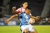 BARRANQUILLA  -COLOMBIA, 14-09-2016. Roberto Ovelar (Izq.) jugador del Junior de Colombia disputa el balón con Miguel Hurtado  (Der.) de Blooming de Boliva   durante encuentro  por la fase 2 llave 6 de la Copa Sudamericana disputado en el estadio Metroplitano Roberto Meléndez ./ Roberto Ovelar (L) player of Junior of Colombia   fights for the ball with Miguel Hurtado(R) player of Blooming  of Bolivia   during match for the date 2 of Sudamericana Cup   played at Metroplitano Roberto Melendez stadium . Photo:VizzorImage / Alfonso Cervantes  / Contribuidor