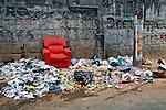 Lixo na rua na favela da Rocinha. Rio de Janeiro. 2009. Foto de Luciana Whitaker.