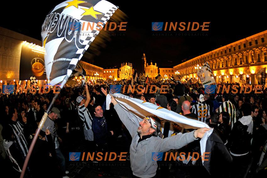 Tifosi della Juventus festeggiano la vittoria dello Scudetto.Juventus supporters celebrate after Juvents win his 28th italian Championship scudetto.6/5/2012 Torino ( Italia ).Foto Insidefoto / Federico Tardito