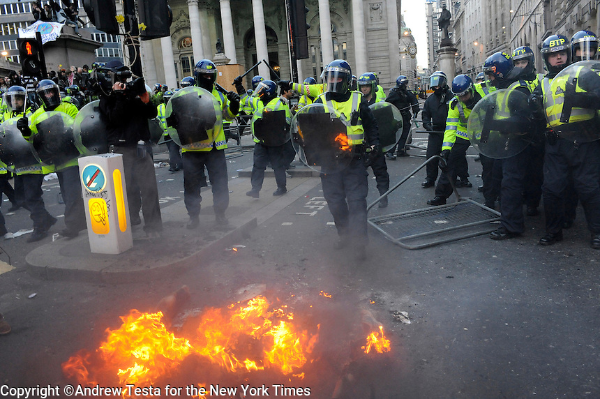 UK. London. 1st April 2009.. police advance against demonstrators at the bank of england.©Andrew Testa for the New York times