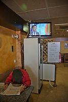 Spagna Barcellona  Elezioni all'assemblea catalana 25 Novembre 2012  avventore legge il giornale in un bar dove si trasmettono i risultati