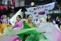 """SAO PAULO, SP, 17 DE FEVEREIRO 2012 - CARNAVAL 2012 SP - APRESENTACAO GRUPO COREANO YOUNG EUM ART - O grupo sul-coreano """"Young Eum Art"""" durante apresentacao que celebra os 50 anos da imigracao da Coreia do Sul.  Antes da abertura oficial do Carnaval 2012, no Sambodromo do Anhembi na regiao norte da cidade de Sao Paulo, nesta sexta-feira. 17. (FOTO: LEVI BIANCO - BRAZIL PHOTO PRESS)."""