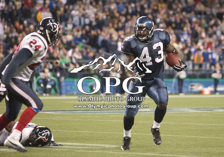 October 16, 2005:  Seattle Seahawks running back Leonard Weaver #43 breaks up field for a first down during the fourth quarter against the Houston Texans at Quest Field in Seattle, WA.