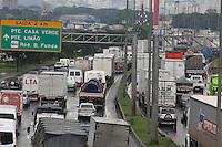 FOTO EMBARGADA PARA VEICULOS INTERNACIONAIS. SAO PAULO, SP, 12-11-2012, TRANSITO. Muitas vias viraram verdadeiros estacionamentos a céu aberto, na foto a Marginal Tiete no sentido da Rod. Castelo Branco. Luiz Guarnieri/ Brazil Photo Press.