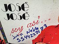 Homenaje al Príncipe de la canción, Jose Jose, quien falleciera el sábado en Miami, recibió ofrendas florales  colocadas en su estatua ubicada en el parque de la China en la colonia Claveria en Atzcapotzalzo, Ciudad de México 30sep2019 foto por Nortephoto.com