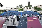 """Il Ravello Festival, nella sua attuale configurazione, deriva da una serie di iniziative precedenti che ne fanno uno dei più antichi festival italiani. Va riconosciuto a Girolamo Bottiglieri e a Paolo Caruso l'ideazione dell'evento culturale che più di ogni altro avrebbe contribuito a costruire l'identità di Ravello come """"Città della musica"""". L'associazione del nome di Wagner alla Villa Rufolo, resa splendida e accogliente dal filantropo scozzese Francis Neville Reid, era troppo allettante per non suggerire l'idea di realizzare concerti in un sito benedetto personalmente dal grande compositore. Per questo motivo, negli anni Trenta, l'orchestra del Teatro di San Carlo vi si esibì più di una volta, con programmi legati appunto a Wagner. A uno di questi concerti presenziarono anche i Principi di Piemonte, e Ravello ricambiò l'onore della loro visita dedicando alla Principessa il belvedere che attualmente separa l'Hotel Palazzo Avino dall'Hotel Palazzo Confalone. L'idea rimase nell'aria, così che Paolo Caruso la ripropose, venti anni dopo, aggiungendovi l'ardita soluzione logistica di un palco sospeso nel vuoto. L'iniziativa prese corpo grazie all'impegno dell'Ente Provinciale per il Turismo, allora diretto da Girolamo Bottiglieri e, nell'estate del 1953, in occasione del settantesimo anniversario della morte di Wagner, i """"Concerti wagneriani nel giardino di Klingsor"""" (come diceva testualmente la copertina del programma di sala) presero avvio con due serate affidate all'Orchestra del Teatro di San Carlo diretta da Hermann Scherchen e William Steinberg. Per anni Wagner è rimasto nume tutelare del festival e tuttora un'attenzione particolare viene devotamente riservata alle sue musiche."""