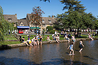 Great Britain, England, Gloucestershire (Cotswolds), Bourton on the Water: Cotswold village with tourists on August bank holiday on the River Windrush | Grossbritannien, England, Gloucestershire (Cotswolds), Bourton on the Water: Cotswold-Dorf voller Touristen an einem Feiertag am Fluss Windrush