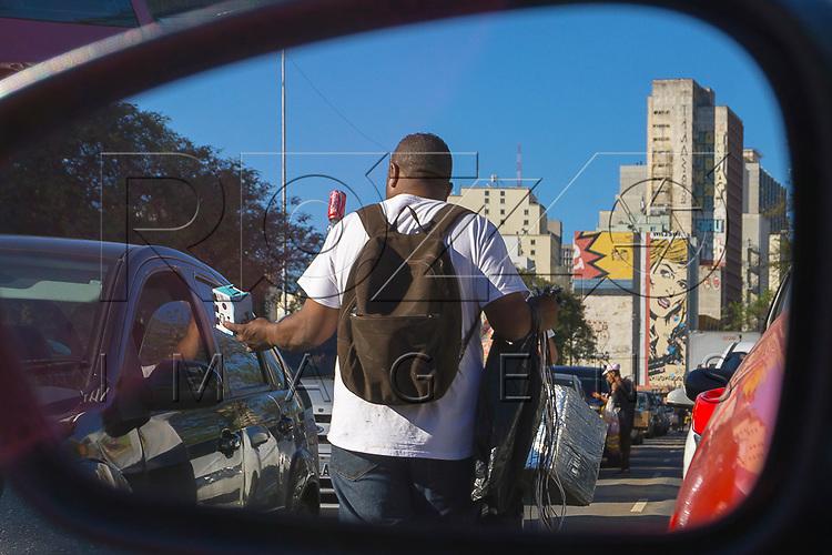 Vendedor ambulante na Avenida Tiradentes, São Paulo - SP, 06/2016.