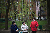 Raisa Gavrilovna (White jacket) and her freind, Aleksandra Iliyeshna (Red jacket) the owners the appartments in the 5-storage Soviet apartment blocks discuss the demolition project in a ourtyard at Kubinka district of Moscow. / Abrisspläne in Moskau 2017 für über 1 Million Menschen, Demolition plans in Moscow for over 1 Million people