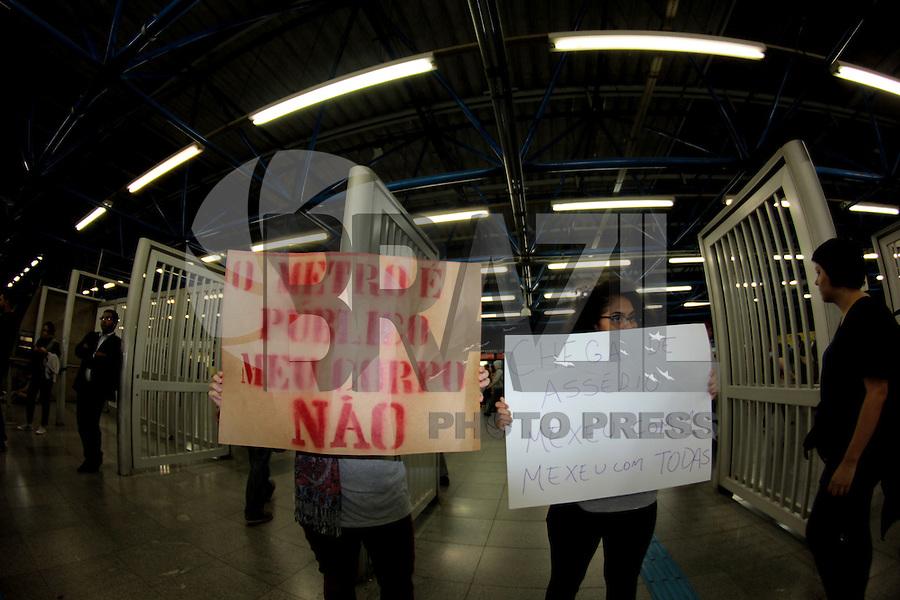"""SÃO PAULO,SP, 05.10.2015 - PROTESTO-SP - Manifestantes durante """"Ato Contra o Assédio no Metrô""""no terminal Barra Funda região oeste de São Paulo na tarde desta segunda-feira (05). (Foto : Marcio Ribeiro / Brazil Photo Press)"""