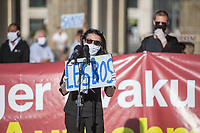 """Mehrere Menschenrechts- und Fluechtlingsorganisationen haben auf einer Kundgebung am Donnerstag den 23. April 2020 in Berlin von den EU-Staaten die rasche Aufnahme von Fluechtlingen aus Griechenland gefordert. Die Camps auf den griechischen Inseln muessten angesichts der Corona-Krise sofort aufgeloest werden, denn sie drohten zu """"pandemischen Hotspots"""" zu werden, hiess es in einem Aufruf des Republikanischen Anwaeltinnen- und Anwaeltevereins (RAV). Dazu fand am Donnerstag in Berlin eine Kundgebung statt, die live im Internet uebertragen wurde. Daran beteiligten sich unter anderem auch Vertreter von Amnesty International, vom European Center for Constitutional and Human Rights (ECCHR), vom Unteilbar-Buendnis sowie Vertreter weiterer Organisationen.<br /> Die Kundgebung fand mit 20 Personen unter den strengen Auflagen anlaesslich der Covid-19-Pandemie statt.<br /> Im Bild: Shermin Langhoff, Intendantin des Maxim-Gorki-Theater.<br /> 23.4.2020, Berlin<br /> Copyright: Christian-Ditsch.de<br /> [NUR FUER REDAKTIONELLE ZWECKE! Werbung nur auf Anfrage beim Fotografen. Inhaltsveraendernde Manipulation des Fotos nur nach ausdruecklicher Genehmigung des Fotografen. Vereinbarungen ueber Abtretung von Persoenlichkeitsrechten/Model Release der abgebildeten Person/Personen liegen nicht vor. NO MODEL RELEASE! Don't publish without copyright Christian-Ditsch.de, Veroeffentlichung nur mit Fotografennennung, sowie gegen Honorar, MwSt. und Beleg. Konto: I N G - D i B a, IBAN DE58500105175400192269, BIC INGDDEFFXXX, Kontakt: post@christian-ditsch.de<br /> Bei der Bearbeitung der Dateiinformationen darf die Urheberkennzeichnung in den EXIF- und  IPTC-Daten nicht entfernt werden, diese sind in digitalen Medien nach §95c UrhG rechtlich geschuetzt. Der Urhebervermerk wird gemaess §13 UrhG verlangt.]"""