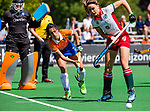 BLOEMENDAAL - Floor Hoogers (MOP) met Maria del Pilar Romang (Bldaal)   tijdens de tweede Play Out wedstrijd hockey dames, Bloemendaal-MOP (5-1)  COPYRIGHT KOEN SUYK