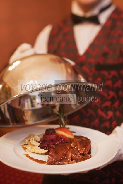 Europe/Voïvodie de Petite-Pologne/Cracovie:  Service de l'Oie, chou rouge et pâtes fraiches  au restaurant: Wierzynek