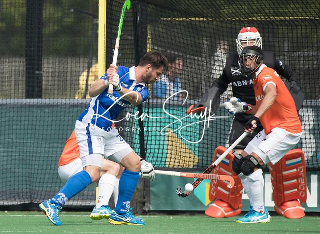 BLOEMENDAAL-  Martijn Havenga (Kampong) slaat op goal met keeper Jaap Stockmann (Bloemendaal)   de play offs heren hoofdklasse Bloemendaal-Kampong (2-3) .  COPYRIGHT KOEN SUYK