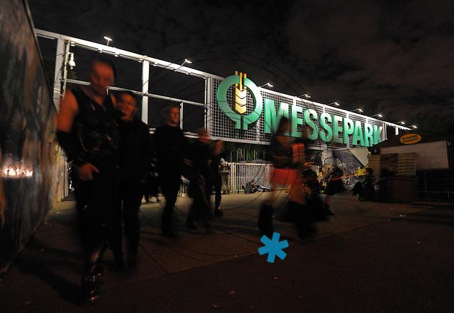 WGT 2013 - MESSEPARK im Mondenschein - Besucher verlassen das Gelände.  Foto: Norman Rembarz