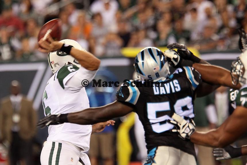 Pass von Mark Sanchez (Jets) vor LB Thomas Davis (Panthers)
