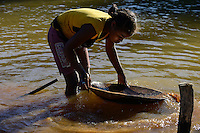 MADAGASCAR, region Manajary, town Vohilava, small scale gold mining, children panning for gold at river ANDRANGARANGA, girl Sara 12 years old / MADAGASKAR Mananjary, Vohilava, kleingewerblicher Goldabbau, Kinder waschen Gold am Fluss ANDRANGARANGA, Maedchen SARA12 Jahre waescht Geroell aus der Mine