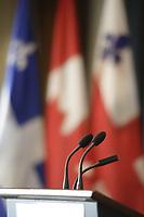 Lutrin sur fond de drapeaux Canadien, Quebecois, Ville de Montr&eacute;al<br /> <br />  PHOTO  :   Agence Quebec Presse