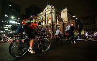 SAO PAULO, SP, 23 DE MARÇO 2013 - VÁ DE BIKE - HORA DO PLANETA SAO PAULO - Ciclistas de São Paulo vão se durante ato contra o aquecimento global e se unem ao Hora do Planeta movimento que reúne, há nove anos, milhões de pessoas no Brasil e no mundo todo. Os bikers paulistanos estão engajados na iniciativa realizando uma pedalada consciente, demonstrando o desejo de o melhorar meio ambiente. Afinal, de bicicleta se reduz as emissões de gases causadores do aquecimento global. A pedalada é uma realização do WWF-Brasil e da Prefeitura de São Paulo, com organização do grupo Vá de Bike. No trajeto, os ciclistas passarão por três dos locais e monumentos paulistanos que ficarão escuros por conta da Hora do Planeta: o Vale do Anhangabaú, o Theatro Municipal e a Biblioteca Mário de Andrade. Na noite deste sábado na região central da cidade de São Paulo. (FOTO: VANESSA CARVALHO / BRAZIL PHOTO PRESS)