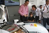 SAO PAULO, SP, 31 DE AGOSTO DE 2013 -  LE MANS 6HS DE SÃO PAULO. O Campeonato Mundial de Endurance – FIA WEC fez hoje seus treinos que definiram o grid de largada da corrida que acontece neste domingo no autódromo de Interlagos. Emerson Fittipaldi, passeou pelos boxes do primeiro colocado com seu filho. FOTO: MAURICIO CAMARGO / BRAZIL PHOTO PRESS