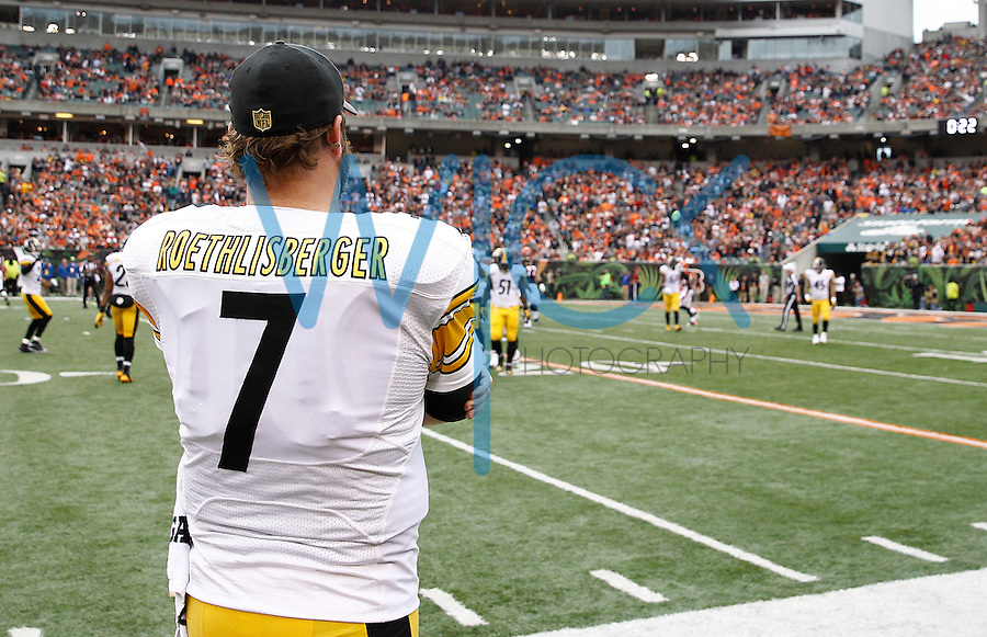 Ben Roethlisberger #7 of the Pittsburgh Steelers stands on the sideline in the first half against the Cincinnati Bengals during the game at Paul Brown Stadium on December 12, 2015 in Cincinnati, Ohio. (Photo by Jared Wickerham/DKPittsburghSports)