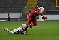 RB Christopher McClendon (Braunschweig Lions) gegen S Cody Pastorino (Schwäbisch Hall Unicorns) - 12.10.2019: German Bowl XLI Braunschweig Lions vs. Schwäbisch Hall Unicorns, Commerzbank Arena Frankfurt