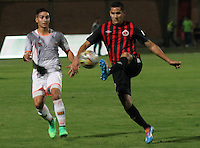 CUCUTA - COLOMBIA -12 -04-2015: Luis Vergara (Der.) jugador de Cucuta Deportivo disputa el balón con Cristian Arango (Izq.) jugador de Envigado FC, durante partido entre Cucuta Deportivo y Envigado FC, por la fecha 15 de la Liga Aguila I-2015, jugado en el estadio General Santander de la ciudad de Cucuta.  / Luis Vergara (R) player of Cucuta Deportivo vies for the ball with Cristian Arango (L) player of Envigado FC, during a match between Cucuta Deportivo and Envigado FC, the date 15 of the Liga Aguila I-2015 at the General Santander Stadium in Cucuta city, Photo: VizzorImage / Manuel Hernandez/ Cont.