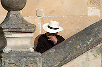 MONGUI- COLOMBIA-14-08-2004. Mujer descansa sentada en las escaleras de la Catedral en el municipio de Mongui, Boyaca,  Woman rests sitting on the steps of the Cathedral in the town of Mongui, Boyaca, (Photo: VizzorImage / Luis Ramirez / Staff )