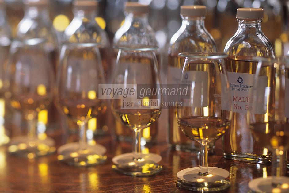 Europe/Grande-Bretagne/Ecosse/Moray/Speyside/Keith : Distillerie Strathisia Whisky Chivas - Dégustation avec le maître assembleur de Chivas Master Blender Colin Scott - Détail des flacons de malt et des verres