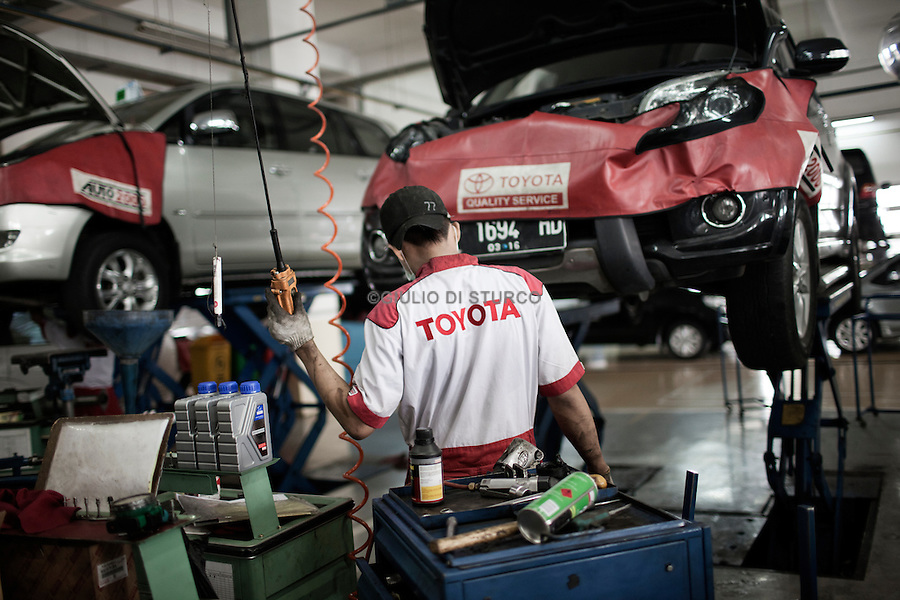 JAKARTA, INDONESIA, MAY 2013: Toyota Service Center at Astra International Showroom in Sunter area, North of Jakarta, May 2013.<br /> <br /> © Giulio Di Sturco for Bloomberg Markets