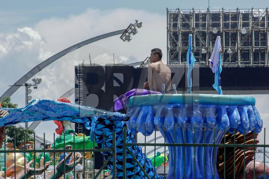 SÃO PAULO-SP-12.02.2015 -PREPARATIVOS PARA O CARNAVAL - Carros e alegorias já estão no estacionamento do sambódromo do Anhembi localizado na reigião norte da capital paulista na tarde desta quinta-feira, (12). (Foto: Renato Mendes/Brazil Photo Press)