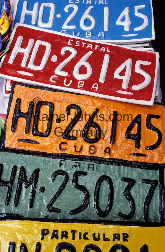 Cuba, Souvenir car number plates selling in market | Kuba, Verkauf nachgemachter Autonummernschilder auf dem Markt