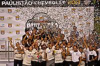 SANTO,SP,19 MAIO 2013 - CAMPEONATO PAULISTA FINAL - SANTOS - jogadores do Corinthians  comemoram titulo partida Santos x Corinthians válido pelo  jogo da Final  do Campeonato Paulista  no Estádio Urbano Caldeira ( Vila Belmiro ) na tarde deste domingo (19).FOTO ALE VIANNA - BRAZIL PHOTO PRESS.