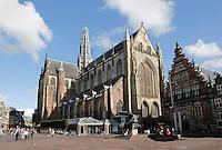 Nederland Haarlem 2015 . De Grote Markt in Haarlem. De Grote of Sint-Bavokerk is de grootste kerk in Haarlem, gelegen aan de Grote Markt. Hij is gewijd aan Sint Bavo.