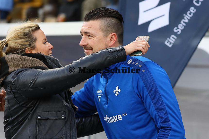 Mainzer Rekordspieler Dimo Wache ist Torwarttrainer beim SV Darmstadt 98 und wird von Mainz Pressesprecherin Silke Bannick begrüßt - 11.03.2017: SV Darmstadt 98 vs. 1. FSV Mainz 05, Johnny Heimes Stadion am Boellenfalltor