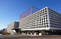 Nederland Amsterdam - 2019. The Ravel Residence. Ravel Residence is een modern studentencomplex op Zuidas dat bestaat uit 800 zelfstandige studentenwoningen. Op het dak is een sportveld aangelegd. Het complex is ontworpen door OZ architect. Foto Berlinda van Dam / Hollandse Hoogte