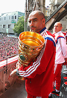 FUSSBALL  DFB POKAL FINALE  SAISON 2013/2014  18.05.2014 Der FC Bayern Muenchen feiert auf dem Rathausbalkon am Muenchner Marienplatz, Trainer Pep Guardiola mit DFB Pokal