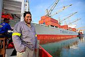 Lamaneur maritime à bord de la pilotine en route pour assister un navire à l'accostage, quai de Commerce International, Port Autonome de la Nouvelle-Calédonie.