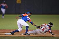 Gustavo Nuñez se barre para llegar safe con el  sentida base Irving Faliu de Criollos de Caguas de Puerto Rico en el segundo inning, durante la Serie del Caribe en estadio Panamericano en Guadalajara, México, jueves 8 feb 2018.  (Foto:Luis Gutierrez)