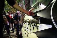 SAO PAULO, SP, 01.08.2013 MANIFESTAÇÃO AMARILDO / FORA ALCKEMIN - Carro da Policia Civil é pichado em frente ao 78DP na região do Jardins por manifestantes durande o ato contra o governador Geraldo Alckemin e em apoio ao Rio de Janeiro com o desaparecimento do Pedreiro Amarildo na noite dessa quinta-feira (1)  (Foto: Marcelo Brammer / Brazil Photo Press)