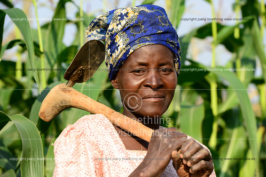 MALAWI, Thyolo, NGO CARD Churches Action in Relief and Development, village Samuti, woman with hoe in maize field / Frau mit Hacke im Mais feld
