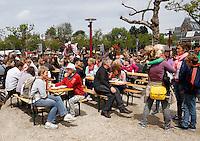 Damn Food Waste .Protestlunch in Amsterdam tegen het dagelijks verspillen van grote hoeveelheden voedsel.