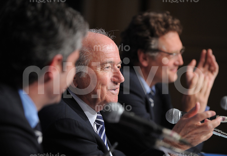 Fussball International FIFA Club WM Japan 2008     20.12.2008 Pressekonferenz Exekutivkomitee v.l. Direktor Kommunikation Hans Klaus, FIFA Praesident Joseph S. Blatter, FIFA Generalsekretaer Jerome Valcke