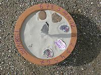 Kinder bauen eine Sonnenuhr, in einen mit Sand befüllten Blumentopf wurde eine Feder gesteckt, deren Schatten die Uhrzeit zeigen soll, die Uhrzeiten wurden Rand aufgetragen, wichtige Termine wurden auf Muschelschalen geschrieben und auf die entsprechenden Zeit gelegt
